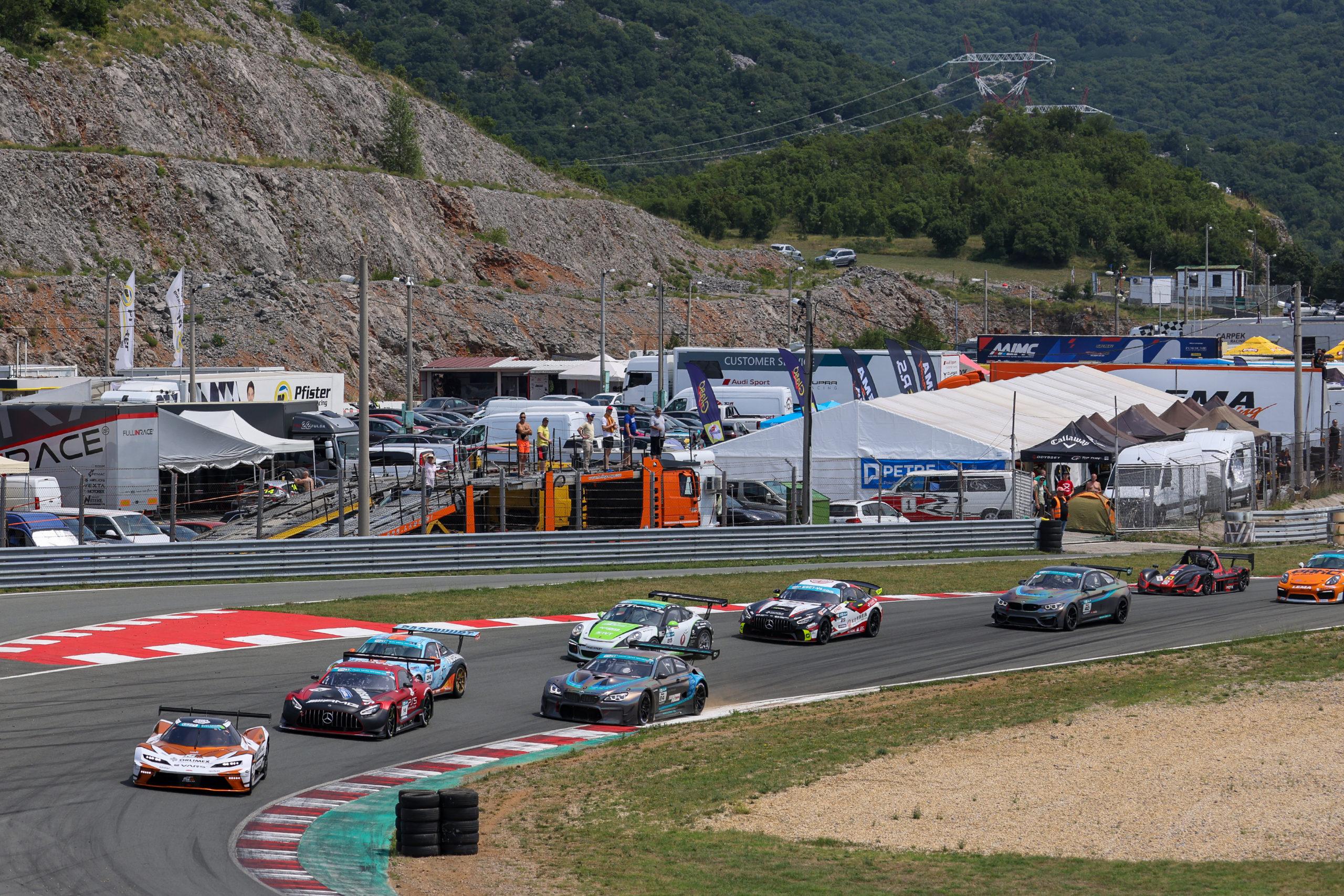 Nabitá startovní listina GT sprintu obsahuje tradiční jména i navrátilce