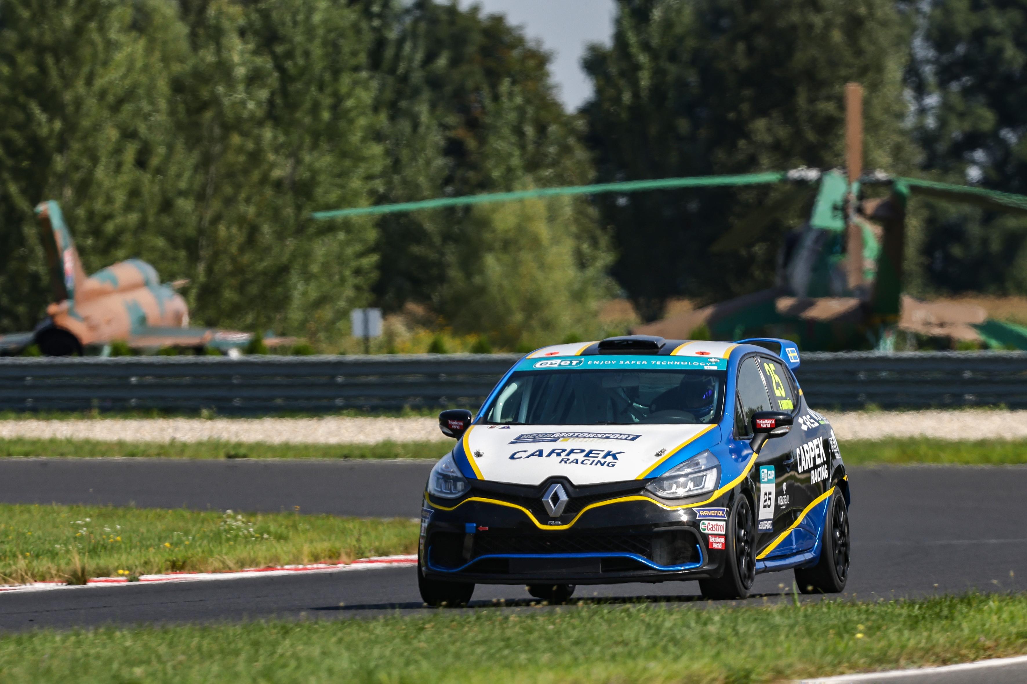 Clio Cup Bohemia: Sandström se znovu přiblížil k titulu, trojité vítězství pro Carpek Service