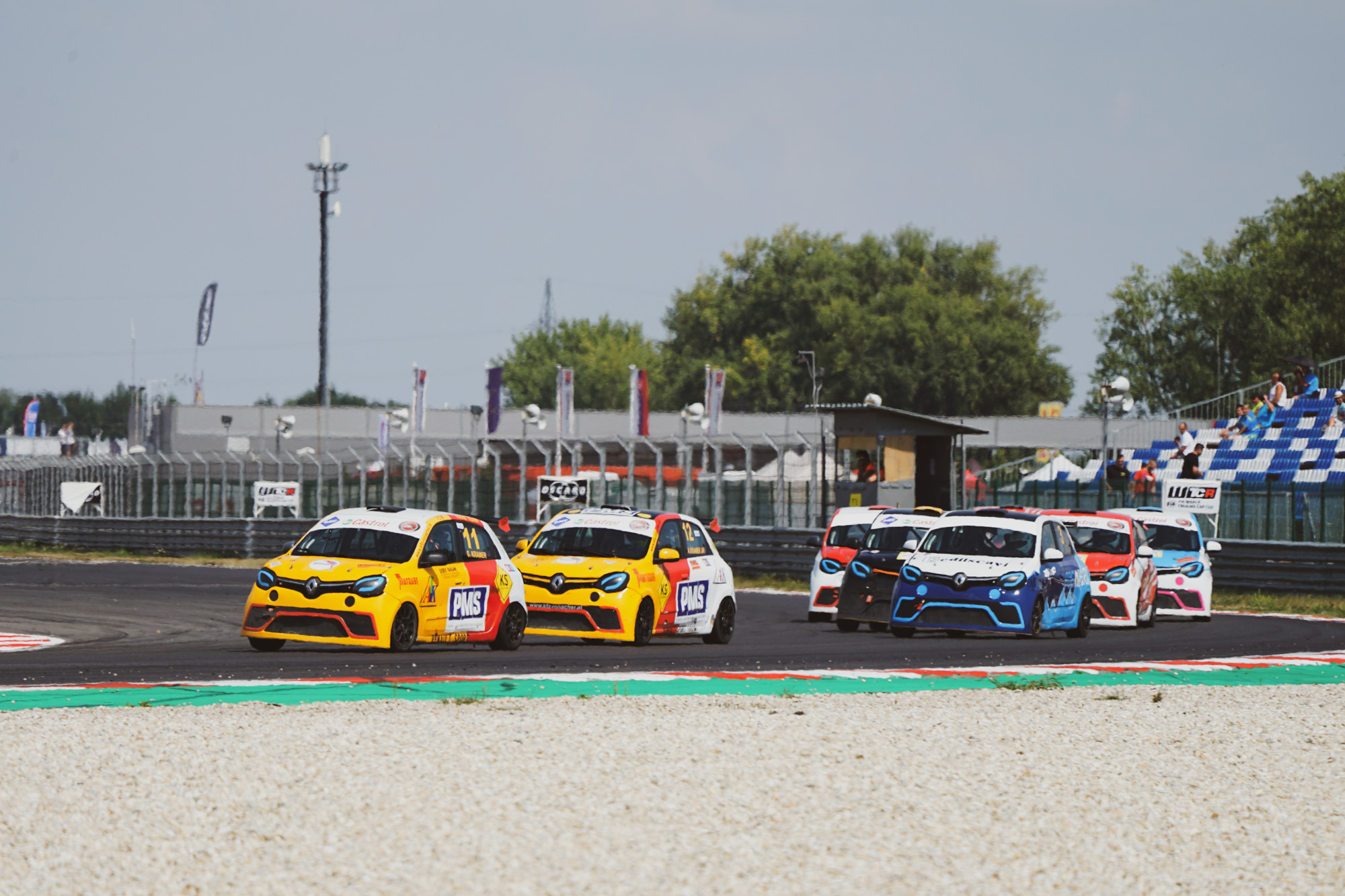 Cruze Cup is decided, while there is still a three-way battle in Twingo Cup